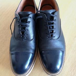Fine herresko fra Selected Femme. Skoen har kun været brugt et par gange og fremstår derfor i rigtig god stand. Skoen er med skind både indvendig og udvendig.