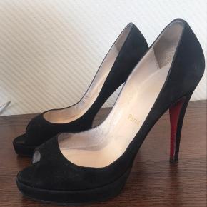 Christian Louboutin sko - størrelse 38,5 Model: Very Privé  Gode, men brugt - som også ses af billeder.  Det er ikke langt tid siden de har fået nye hæle og såle på - så der er masser af km i dem endnu.  Sælges billigt