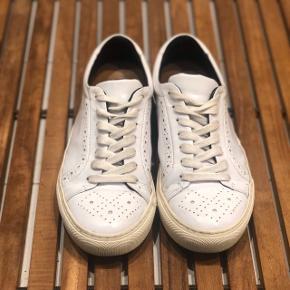 Sneakers fra Royal Republic i str. 37. Nyprisen var 1075kr og de er i udemærket stand - kan dog godt bruge en klud. BYD 🌟