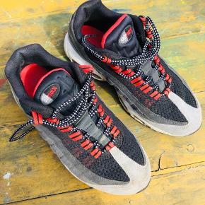 Nike Air Max 95 Str. 38,5 (24cm)   Lidt slid som kommer ved almindeligt brug kan godt brug lille kort vask eller en klud. Ellers alt som det skal være.   Fede detaljer med røde snørebånd men de kan skiftes hvis man ikke kan lide dem.   Kan prøves/afhentes på Nørrebro i Kbh.  Ved forsendelse betaler modtager porto.