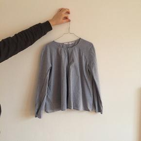 Flot skjorte fra & other stories sælges.   Skjorten er en str. 42, men er lille i størrelsen og passer i stedet en 36 og 38.    Skjorten kan ses og prøves på Østerbro ved interesse.   Jeg bytter ikke, men kom gerne med et bud :-)   Jeg har flere skjorter til salg, så tjek gerne mine andre annoncer.
