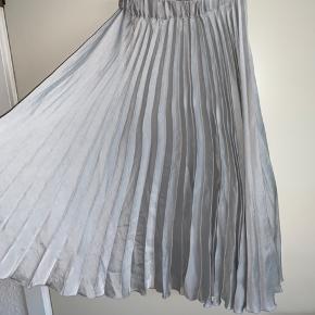 Smuk nederdel fra gina tricot i str small. 💙  Sælger betaler fragt