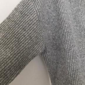 Ribstrikket rullekravetrøje i lysegrå. Str M men stor i pasformen - oversize look. 5% uld.  Kan afhentes på Frb eller sendes med DAO.  #sweaterweather