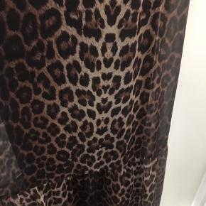 Super smart Leo maxi kjole fra no 1 ox  i mesh stof . Men Jersey underkjoler  Str L ( 50-52 )