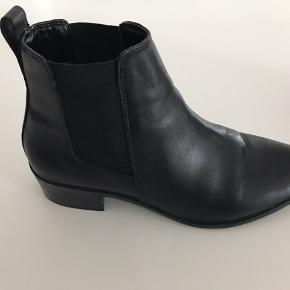 Lækre læder støvletter fra Steve Madden. De er brugt en enkelt gang i en times tiden indendørs og fremstår derfor som nye uden ridser etc.