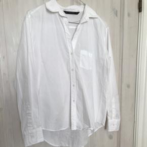 Oversize skjorte fra ZARA, brugt en gang og vasket. Str. S. Nypris 300kr Sender på købers regning og bytter ikke 🌸