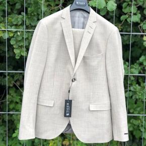 Helt nyt Tiger jakkesæt. Sælges da det er for småt. Nypris 4500. Mp 1200 bin 1500