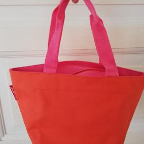 Rigtig fin taske i pink og orange, ikke så neon som på billedet. Evt en toilettaske