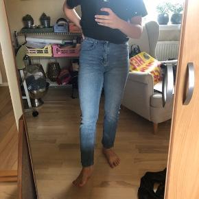 Girlfriend jeans fra BDG, købt i Urban Outfitters. 28W, 32L (bruger normalt 30L, så selve modellen er lidt kort) 💙