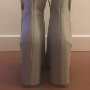 HUGO BOSS ruskind og læder ankel boot. Brugt 2 gange.