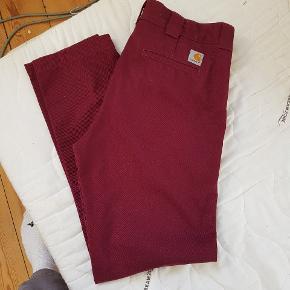bordeaux røde carhartt bukser i en størrlese w30 x l32 Rigtig god stand 8,5/10  Kan mødes i Århus eller den kan sendes på købers regning for 40 kr