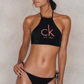 Sælger min CALVIN KLEIN bikini  Nypris: omkring 600-800 (for over og under tilsammen)  Overen: str small Under: str xsmall  Der er budt 180 kr. inklusiv