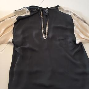 Flot bluse/skjorte i grå og hvid med similisten