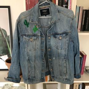 """Cowboy jakke str. 38, men oversize. Har selv tilføjet stryge mærker. Brugt et par sæsoner, men i fin stand. Er købt med det der """"brugte"""" look."""
