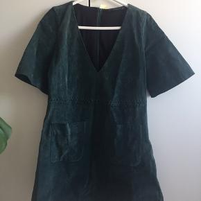 Grøn A-snit kjole i imiteret ruskind fra Zara. Aldrig brugt.
