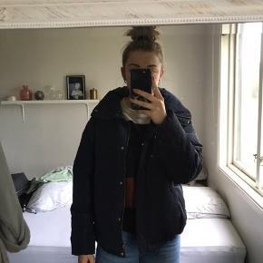 Mørkeblå jakke fra Vero Moda Brugt et par gange, men er i så fin stand. Str. S