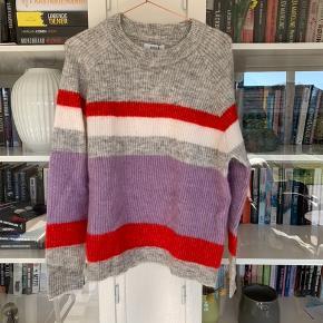 Helt ny enviisweater som aldrig er brugt - nyprisen var 450 kr, så kom med et bud🌸  Sælges til en god pris! Passes også af en small