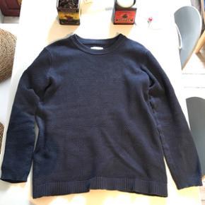 Navyblå sweater fra Samsøe & Samsøe. Rigtig lækker kvalitet. Brugt, men fin stand.