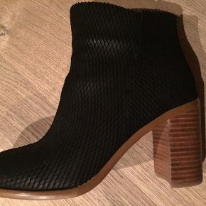 Super flotte støvler med 8 cm hæl. Kun brugt få gange - desværre et par mærker på bagsiden af den ene hæl, derfor den lave pris