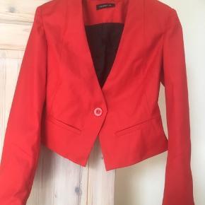 Mærke: Modström Størrelse: S Farve: Rød  Jakken : en foret kort jakke Materiale: Polyester og viscose Stand:Jakken er ikke brugt  Sælges 99 kr