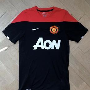 Manchester United fodboldtrøje Helt ny, aldrig brugt ! Størrelsen er small, men lille ! Passer også til store børn
