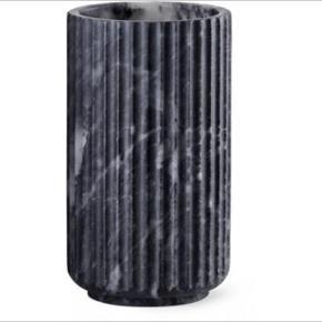 Jubilæums udgave fra Lyngby i sort marmorering.  20 cm.