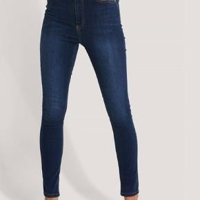 Sælger disse flotte jeans, som aldrig er blevet brugt. Bukserne fremsendes i dens uåbnede pose med prismærke og alt, så de fremstår som helt nye. De er i det lækreste stretchy stof, så de passes både af str. 34, 36 og 38. Flere billeder sendes meget gerne.