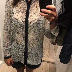 Jeg sælger den e flotte skjorte fra H&M str. 36. Den har mistet end knap på en af ærmerne (se billede) men ellers fejler den intet.