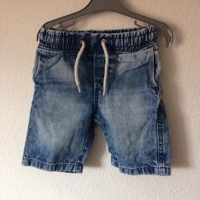H&M - jeans shorts Str. 98 Næsten som ny Farve: lyseblå Køber betaler Porto!  >ER ÅBEN FOR BUD<  •Se også mine andre annoncer•  BYTTER IKKE!
