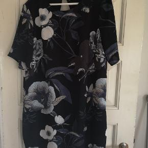 Fin kjole fra Vero Moda str. XL med blå og hvide blomster.