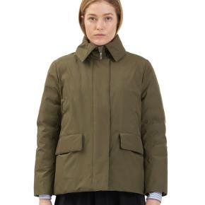 Fed og varm jakke til vinter. Aldrig brugt, stadig i original emballage. Kan stadig købes i butikkerne.