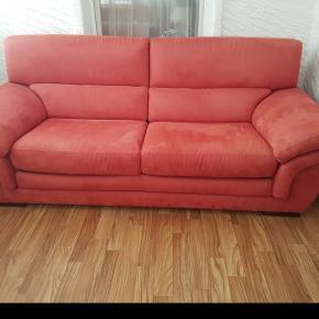 Canapé 3 places et 2 fauteuils en alcantara framboise en bon état. À venir chercher sur Renens.