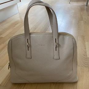Beige læder Furla håndtaske i god stand. 36 cm i bunden. 30 cm høj
