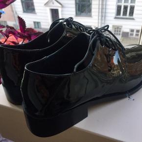 Sælger disse fine laksko fra Stylesnob med snørebånd. Skoene er aldrig brugt og derfor som nye 🌸  Nypris: 800 kr