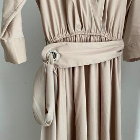 Slot kjole, brugt 2 gange. Kjolen er så god som ny.   Skriv endelig for flere billeder eller mere info🥰