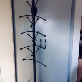 Flot gang stativ i jern / træ med bøjler 4 stk. Næsten ikke brugt.  Skal sættes på vægen.  BLACK FRIDAY 🖤🖤🖤