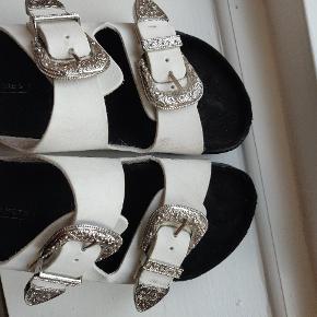 Flotte hvide sandaler sælges. Brugt 1 gang, derfor nærmest ingen tegn på slid. Kom med et realistisk bud!