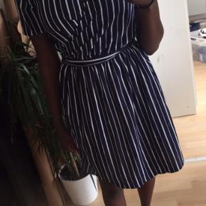 Sød stribet mørkeblå kjole fra Only. Str small, men kan også passes af en medium og eventuelt lille large 😊. Sælges meget billigt!