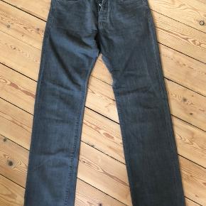 Jeans fra Helmut Lang. Flot og enkelt design. Made in USA.  Str 32 i jeans.  100% bomuld.  Brugte enkelte gange, fejler intet, er som ny.  Byttes ikke.