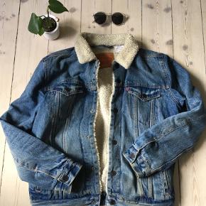 Super fed varm denim jakke. Brugt sidste efterår og ikke brugt siden. Byd gerne :)