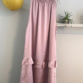 Neo Noir kjole str. L Brugt, har pletter som kan vaskes af!  Købspris: 199kr   Køber betaler fragt📦 Sender med PostNord📬 Tager ikke vare retur💌 Bytter evt. ved gensidig interesse☝🏼 Mængderabat gives🌸 Betaling via Mobilepay📲  Instagram: @kamilleskauge