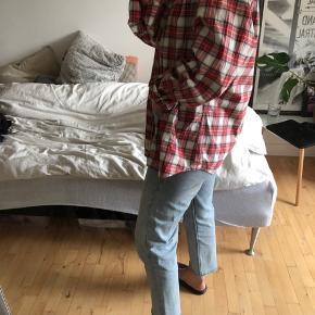 Oversized mandeskjorte. Fitter mellem M-XXL. Kommer an på hvordan man vil have den skal sidde.