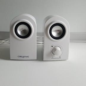 Creative højtalere i hvid. De er i fin stand. Der er en enkelt knap til at tænde/skrue op og ned.   📍musik, højttaler, højtaler, anlæg, afspiller, lyd.