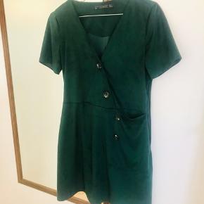 Flot flaskegrøn kjole fra Zara Har store knapper og lomme Den er i faux skin  Kom med et bud og se gerne mine andre annoncer