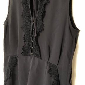 Mørkeblå jumpsuit shorts med flot blonde detaljer, lækkert stof