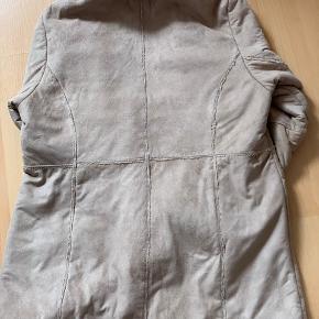 Rulamsjakke  Den har Hvidt broderi på begge lommer/ærmer. Brugt, men i pæn stand Mærke :Visual   Str:M  Kan vaskes  SENDES IKKE!!