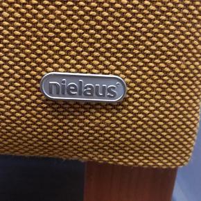Nielaus sofa og lænestol. En smule solskadet på armlæn på både sofa og lænestol.