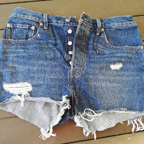 Blåhorts fra Levi's i str. W30. Modellen er 501. De er vasket. Højest brugt et par gange. Jeg har flere flotte jeans og shorts fra Levi's og Diesel til salg.  Lige nu: Ved køb af shorts eller jeans fra Levi's, kan der (GRATIS!) vælges et ubegrænsEt antal af varer i min shop, der koster 49 kr. eller mindre!  30 Levis shorts 501 Levi's W30 blå