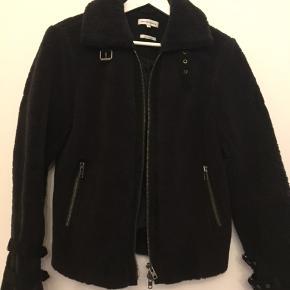 Super lækker jakke fra Second Female i størrelse Large/40. 100% Lamb Lether. Style: Alexa Shearing Aviator Jacket. Nypris kr.6.000,00 købt på udsalg til -70% kr. 1.800,00. Brugt få gange. Bytter ikke.