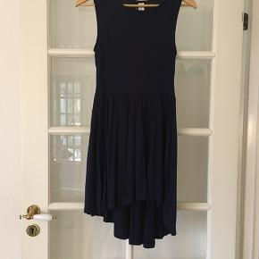 🌱Løs kjole uden ærmer str. 38 i mørk blå.  Aldrig brugt.   Har også kjolen i hvid og sort på anden annonce.   Kan afhentes i Odense sv eller sendes mod betaling af Porto :)